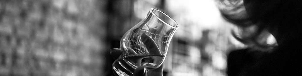 femme un verre de whisky à la main