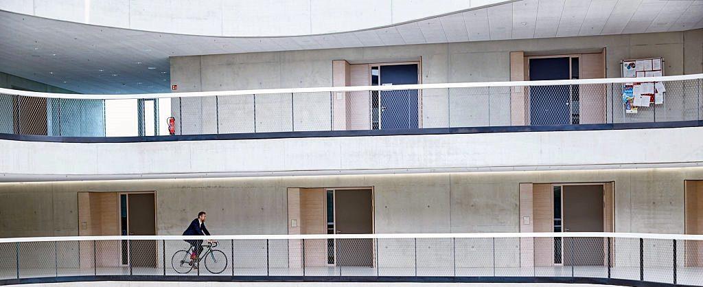 cycliste en costume dans des locaux professionels